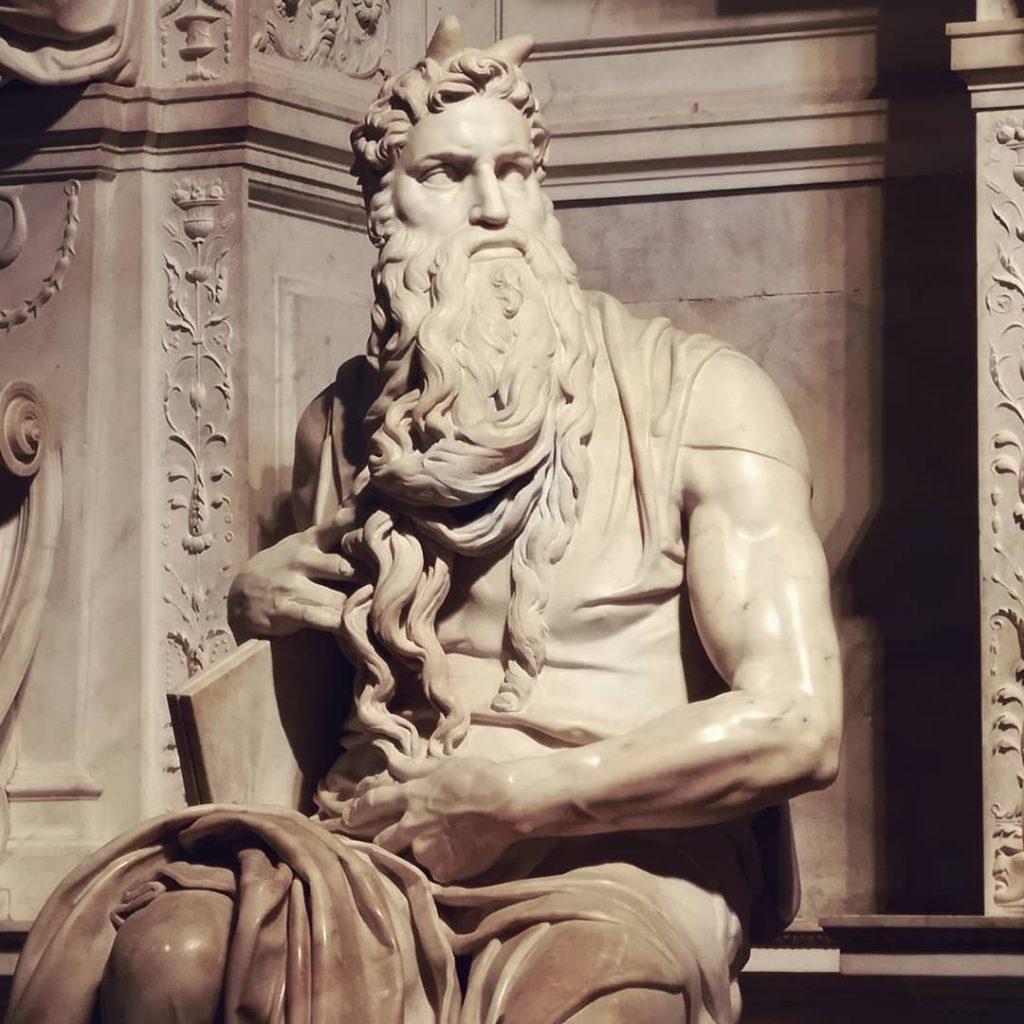 La statua del Mosè scolpita da Michelangelo Buonarroti