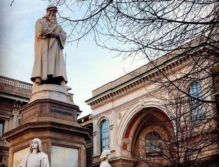 Monumento a Leonardo da Vinci in Piazza della Scala a Milano